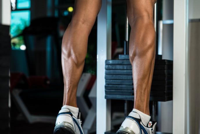 バーベルカーフレイズでヒラメ筋を鍛える男性