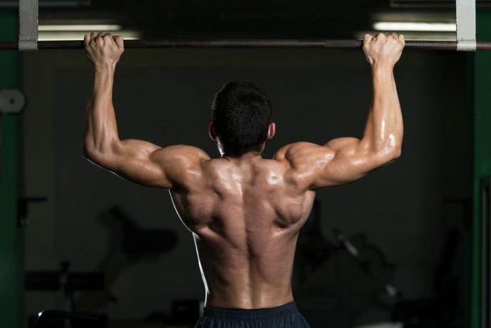プルアップで背筋を鍛え抜く男性