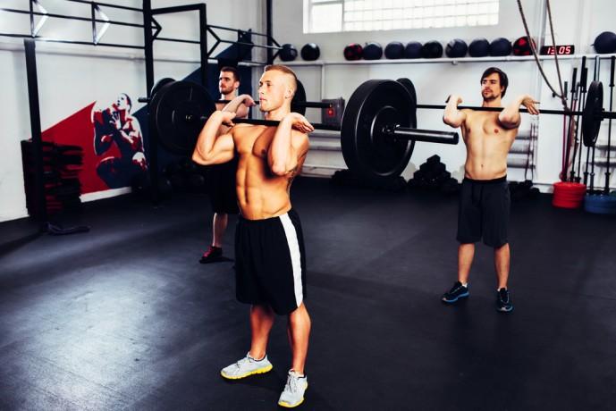 バーベルショルダープレスで広背筋を鍛える男性