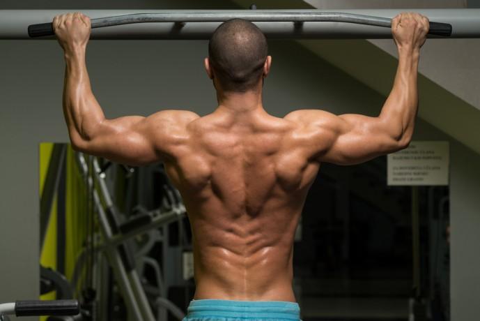 ワイドグリップチンニングで背筋から三角筋にかけて鍛え上げる