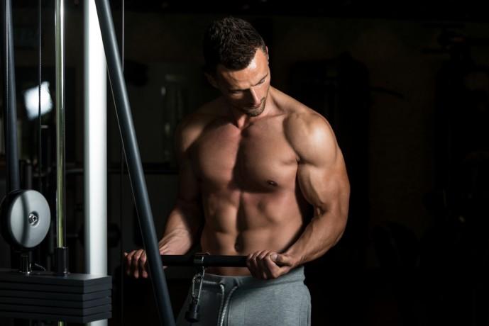 ケーブルカールで上腕二頭筋を鍛えている男性