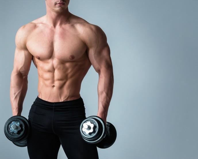 ダンベルサイドベントトレーニングをしようとしている男性