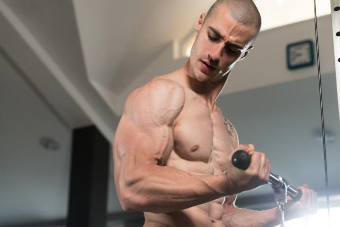 ケーブルカールで上腕二頭筋に刺激を与える