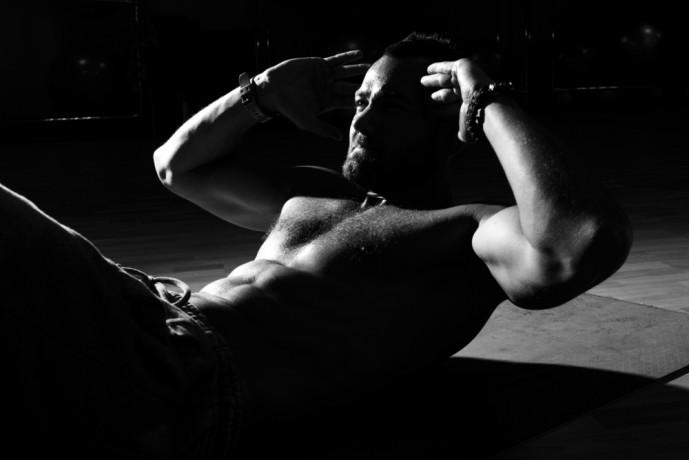 Vクランチで体幹を鍛える男