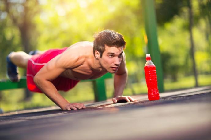 公園でデクラインプッシュアップトレーニングをしている男
