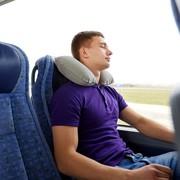 ネックピローで移動を快適に。正しい使い方&人気のおすすめ枕11選 | Smartlog