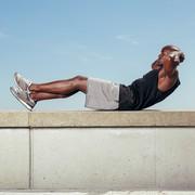 腹筋を刺激するタッククランチのやり方。腰を痛めない効果的な方法とは | Divorcecertificate