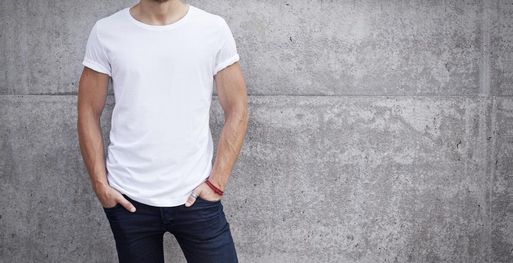 シンプルな白Tシャツコーデ