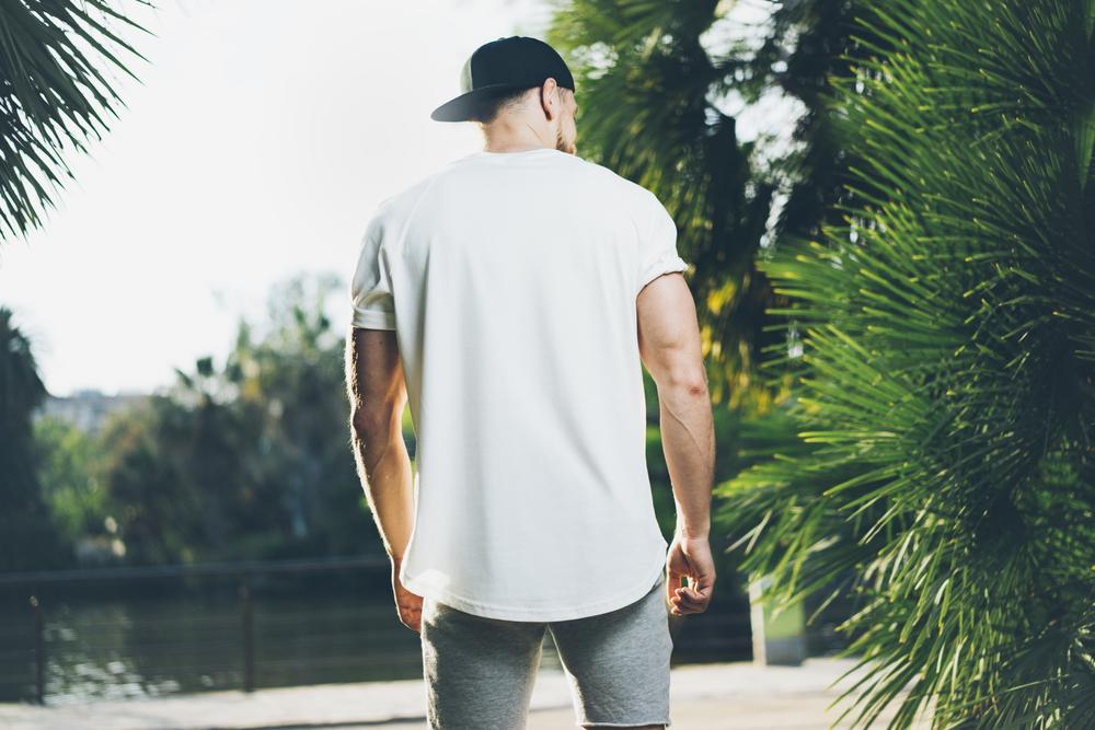 海外セレブ風な白Tシャツのメンズコーデ