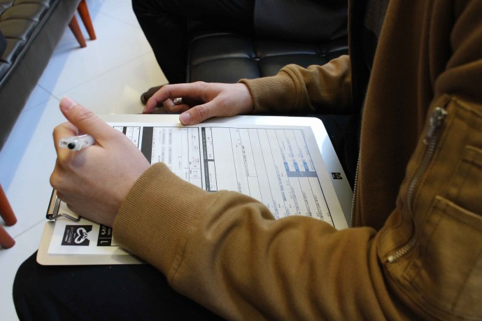 ゴリラクリニック新宿本院で問診票を書く様子