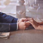 男性のモテる仕草を解説。女性が思わず見惚れる立ち振舞いとは | Smartlog