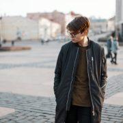 スウェットパンツの着こなしコーデ11選。いつもと一味違う部屋着の使い方とは | Smartlog