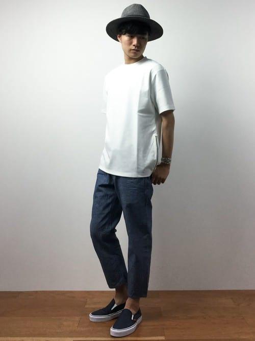 〈夏〉白Tシャツでシンプルにまとめながら足元にアクセントを。 メンズファッションコーディネート