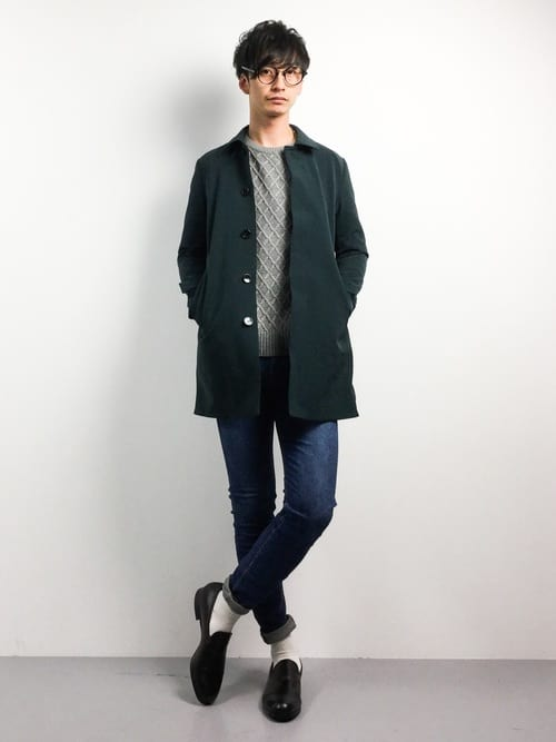 グリーンのステンカラーコートの着こなし術